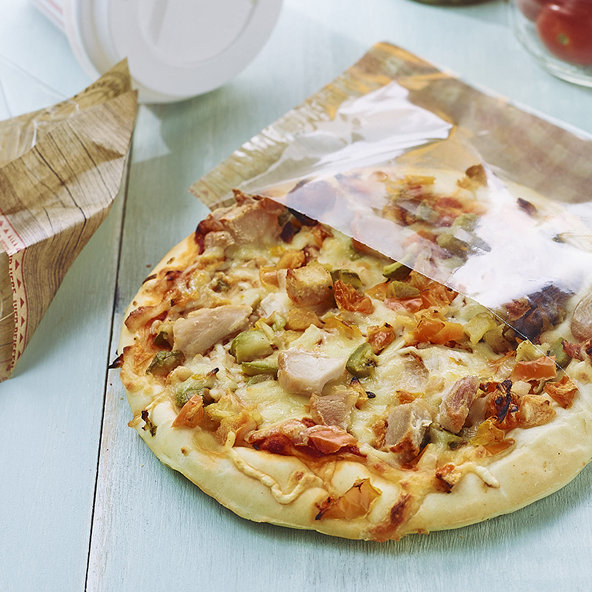 Vegetable and chicken pizza